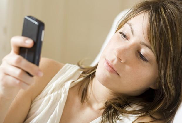 Mulher usa celular (Foto: Thinkstock)