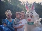 Eliana e o filho Arthur comemoram Páscoa com personagens no jardim
