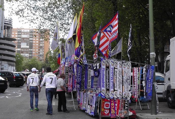 Quiosque cachecóis Real Madrid (Foto: Claudia Garcia/GloboEsporte.com)