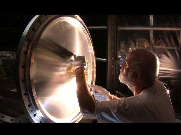 Cientistas trabalham nos reparos do LHC (Foto: BBC)