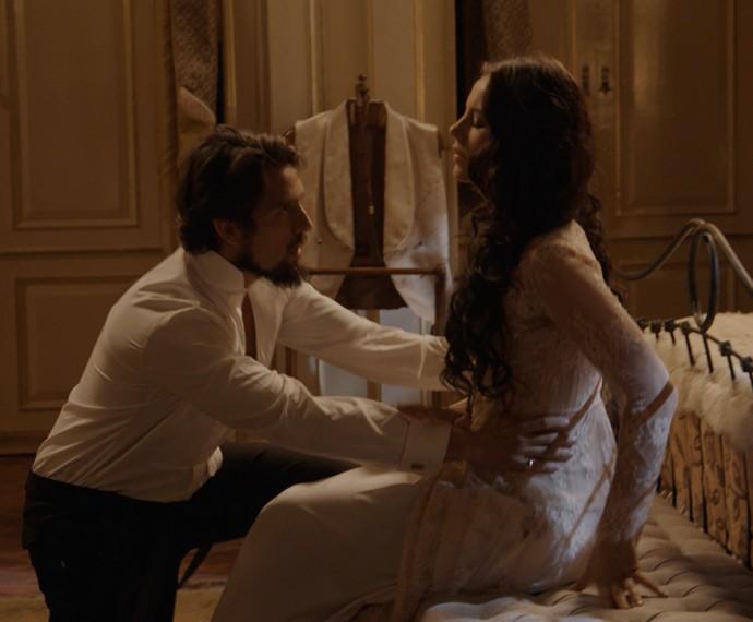 Melissa finque que está passando mal e Felipe se preocupa (Foto: TV Globo)