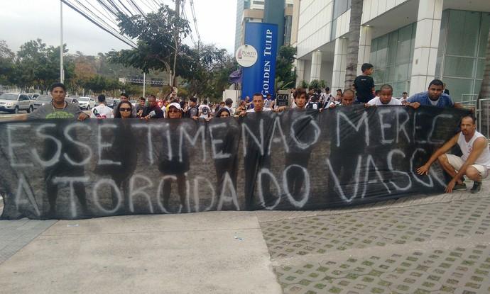 Torcedores com faixa de protesto na entrada do hotel onde o Vasco está hospedado (Foto: Wagner Chaló/GloboEsporte.com)