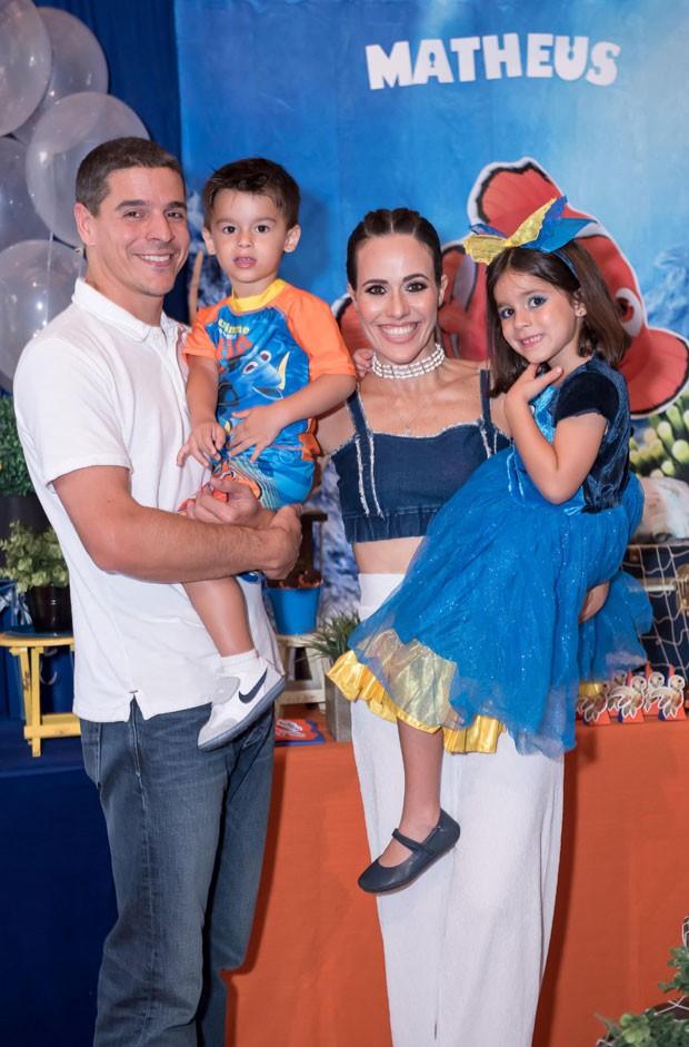 A família reunida na festa nos Estados Unidos (Foto: Divulgação)