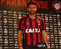 """Eduardo da Silva comemora acerto após """"namoro"""" com o Atlético-PR"""