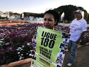 Manifestantes mostram apoio à Lei Maria da Penha em Brasília (Foto: Agência Brasil)