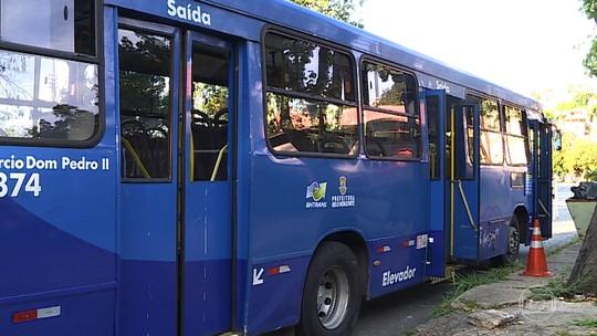 Motorista trava portas de ônibus durante assalto e para em frente a batalhão da PM