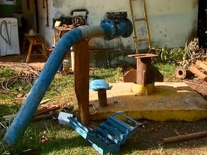 Após bomba queimar, moradores enfentam problemas com fornecimento de água (Foto: Ely Venancio/EPTV)