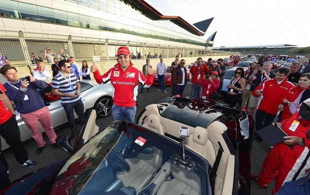 Felipe Massa comanda desfile de 964 carros da Ferrari em Silverstone (Foto: Divulgação)