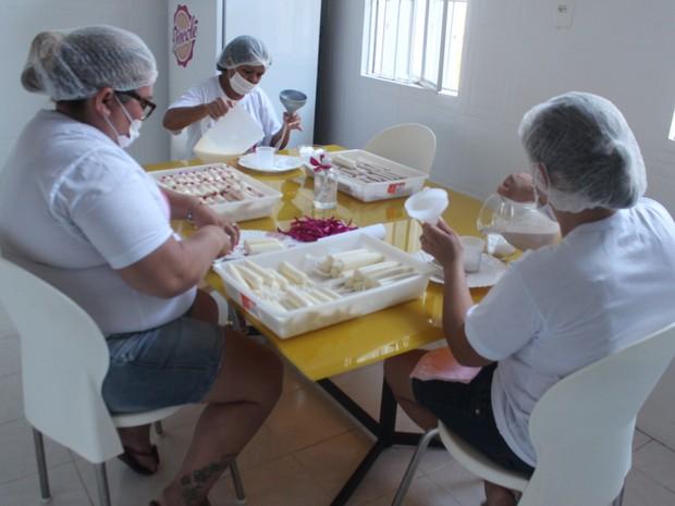 Empresária trabalha com uma equipe de cinco pessoas. (Foto: Juliana Gomes/G1)
