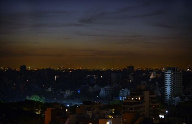 Vista de Buenos Aires na noite desta quarta-feira (7), durante o apagão (Foto: Daniel Garcia/AFP)