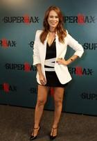 Mariana Ximenes ousa na escolha do modelito em coletiva