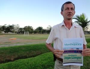 Dado de Oliveira, presidente do Manthiqueira, revista (Foto: Filipe Rodrigues)