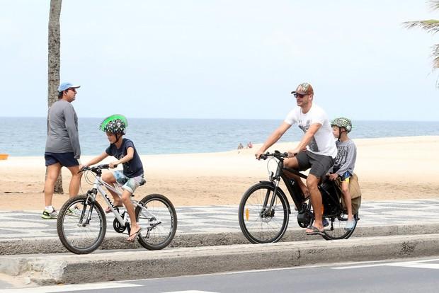 Rodrigo Hilbert anda de bicicleta com os filhos (Foto: André  Freitas /Divulgação)