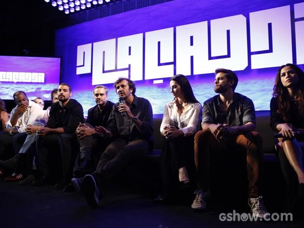 Ao lado do elenco, Alvarenga revela que seriado terá cenas de nudez (Foto: Inácio Moraes/TV Globo)