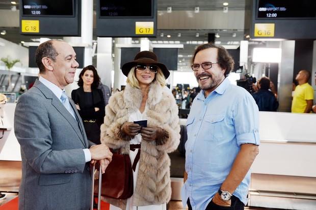 Wolf Maya dirigindo Letícia Spiller e Frank Menezes no aeroporto de Guarulhos (Foto: Zé Paulo Cardeal/Globo)