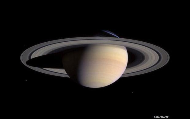 6. Esta fotomontagem recria uma panorâmica de Saturno e seus anéis a partir de fotos tiradas pela espaçonave Cassini em maio de 2004 (Foto: NASA/ESA/AP)