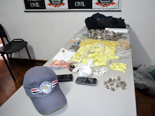 Drogas estavam em mochila e foram apreendidas pela polícia em Piracicaba (Foto: Fernanda Zanetti/G1)