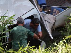 Presidente da Afap, Sávio Perez, saindo ileso da caminhonete (Foto: John Pacheco/G1)