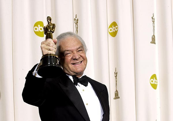 O produtor Martin Richards com o Oscar pelo filme 'Chicago' na cerimônia de 2003 (Foto: Getty Images)