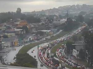 Trânsito no Anel Rodoviário, na altura do bairro Madre Gertrudes, está congestionado depois de tombamento de caminhão. (Foto: Reprodução TV Globo)
