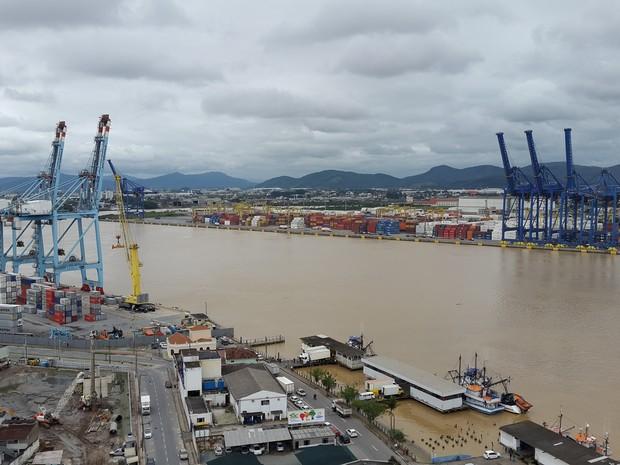Porto de Itajaí voltou a receber navios nesta sexta (16) (Foto: Luis Souza/RBS TV)