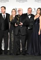 Elenco de 'Verdades Secretas' comemora vitória no prêmio Emmy