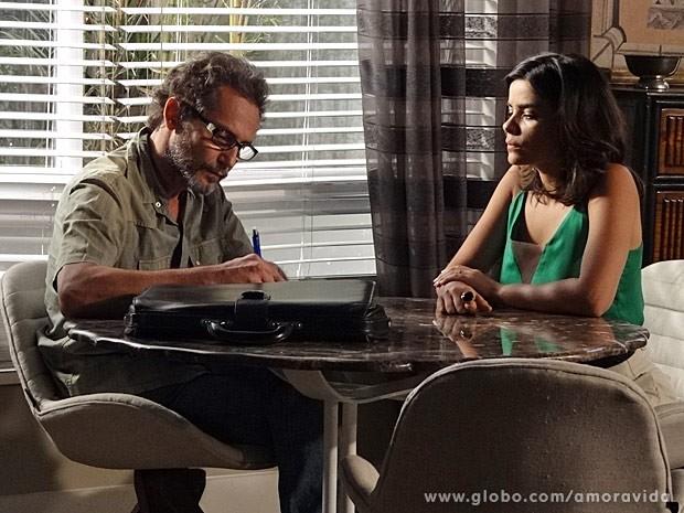 Aline faz negócios com homem desconhecido (Foto: Amor à Vida/ TV Globo)