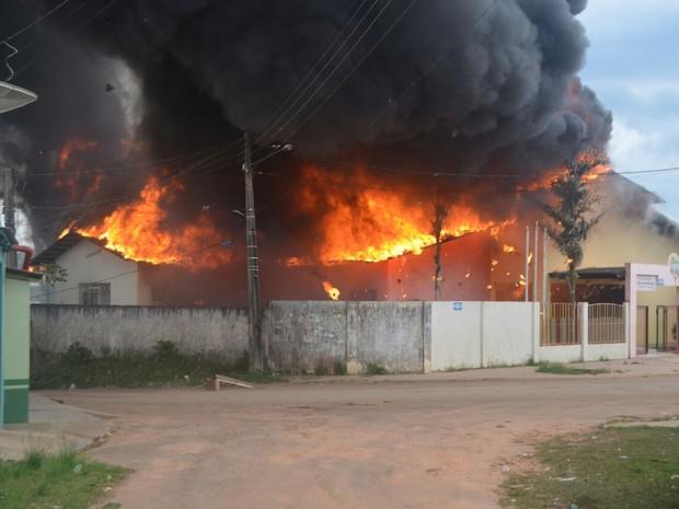 Escola Maria de Nazaré Lima pegou fogo nesta quinta-feira (18) em, Cruzeiro do Sul (Foto: Reprodução/Watshapp)