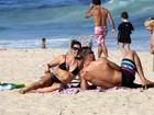 Fernanda Lima e Rodrigo Hilbert se divertem na praia com os filhos