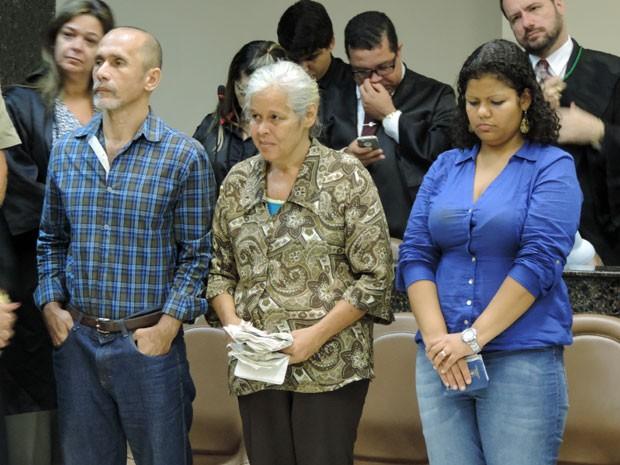 Trio ficou de pé para escutar decisão no Fórum de Olinda (Foto: Anna Tiago/G1)