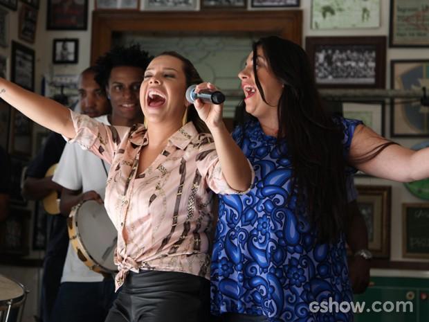 Bernardete e Soraia cantam a candidata para música-tema do Bloco (Foto: Carol Caminha / TV Globo)