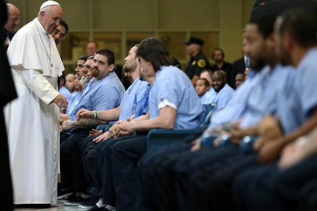 Papa Francisco cumprimenta detentos durante sua visita a um presídio na Filadélfia neste domingo (27)  (Foto: David Maialetti/The Philadelphia Inquirer)