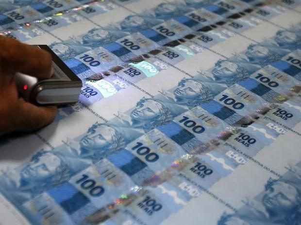 Notas de R$ 100 recém impressas na Casa da Moeda, no Rio de Janeiro. (Foto: Reuters/Sergio Moraes)