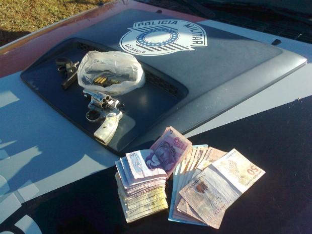 Em um bar a polícia encontrou duas armas e dinheiro. (Foto: Carlos Alberto Soares / TV Tem)