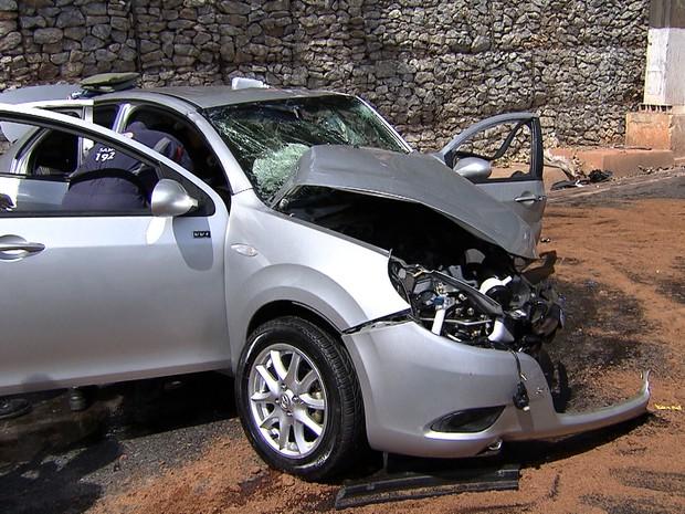 Com impacto da batida, frente do carro ficou destruída (Foto: Reprodução/TV Globo)