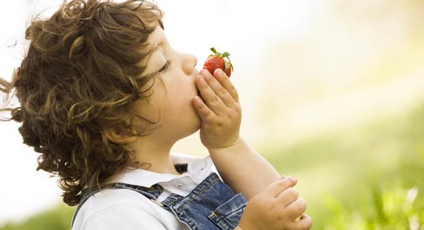 criança; comendo; fruta; (Foto: ThinkStock)