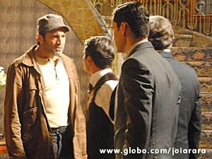 Líder operário invade a mansão do patrão (Foto: Joia Rara/ TV Globo)