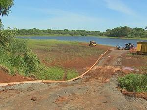 170 mil litros de água percorrem 11 quilometros por hora até o reservatório principal em Araras (Foto: Reginaldo dos Santos /EPTV)