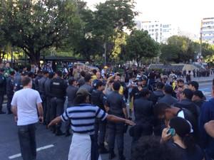 pesar da diminuição no número de manifestantes, a PM mantém o cordão de isolamento na Conde de Bonfim, na Tijuca. (Foto: Marcelo Elizardo/G1)