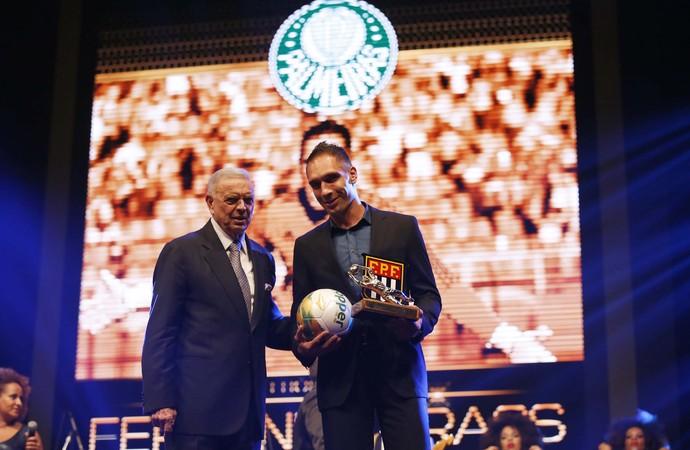 Fernando Prass, do Palmeiras, recebe prêmio de melhor goleiro do Paulistão (Foto: Marcos Ribolli)