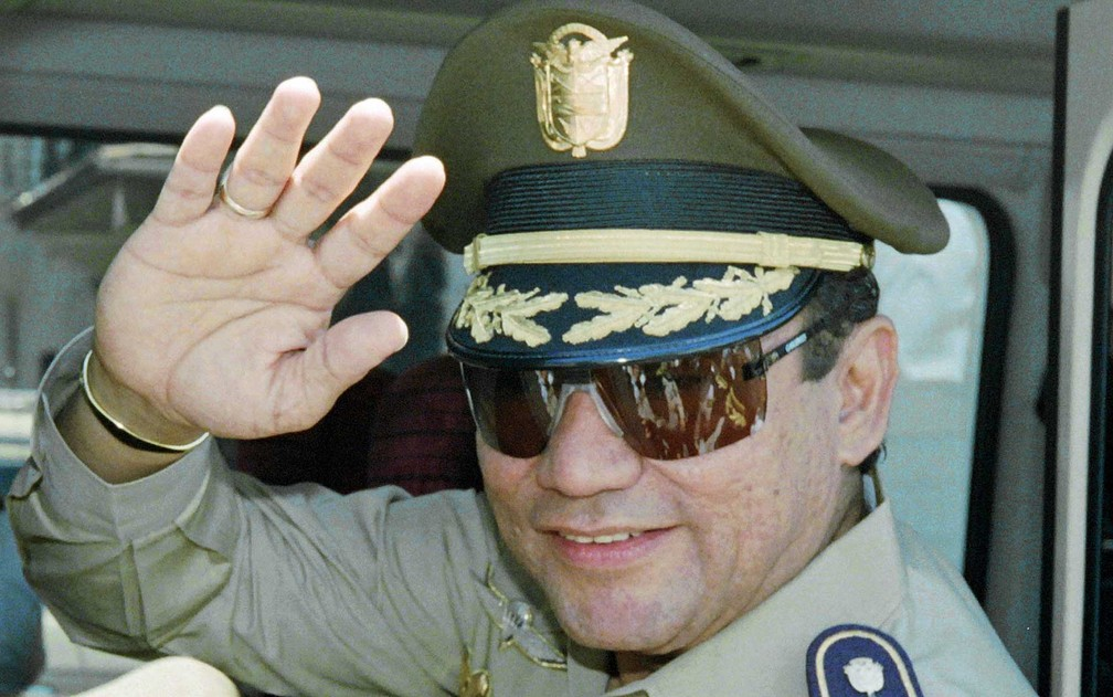 Imagem de agosto de 1989, Noriega acena pouco antes de ser deposto no Panamá (Foto: Arquivo / Manoocher Deghati / AFP Photo)