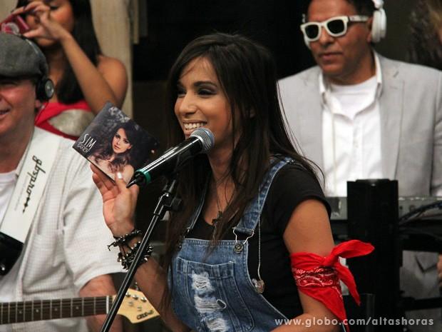 Anitta ganha um presente da cantora Sandy (Foto: TV Globo/Altas Horas)
