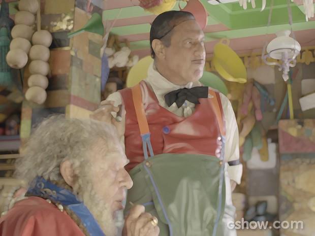 Giácomo fala na boa intenção, mas Lepe ouve tudo (Foto: Meu Pedacinho de Chão/TV Globo)