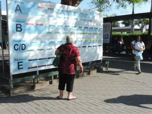 Algumas pessoas, como esta idosa, afirmam não sentirem receio dos ataques (Foto: Janara Nicoletti/G1)