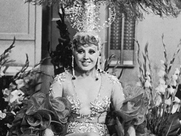Virgínia Lane nos bastidores da peça 'Pega no Ganzê e Bota pra Ganzá' (1971) (Foto: Adhemar Veneziano)