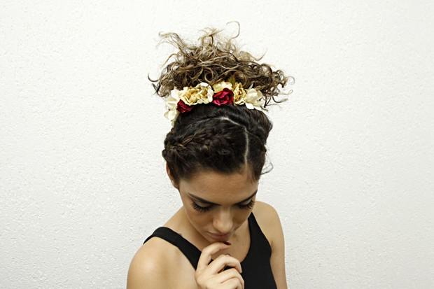 Thaiane Monteiro posa com penteado para cabelos cacheados (Foto: Celso Tavares/EGO)
