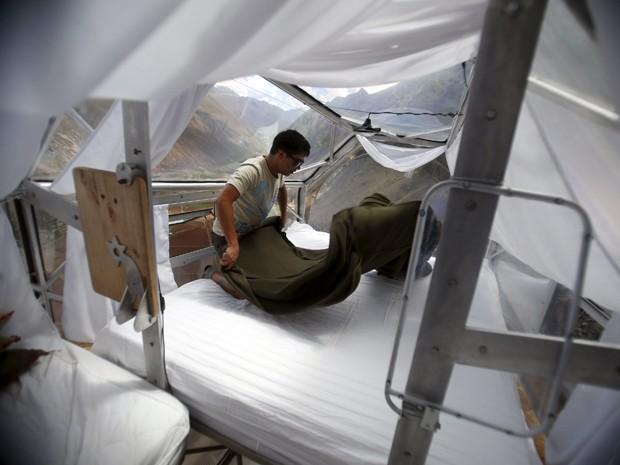 Funcionário limpa uma cabine do Skylodge Adventure Suites, no Vale Sagrado, em Cusco, no Peru, em 14 de agosto (Foto: Reuters/Pilar Olivares)