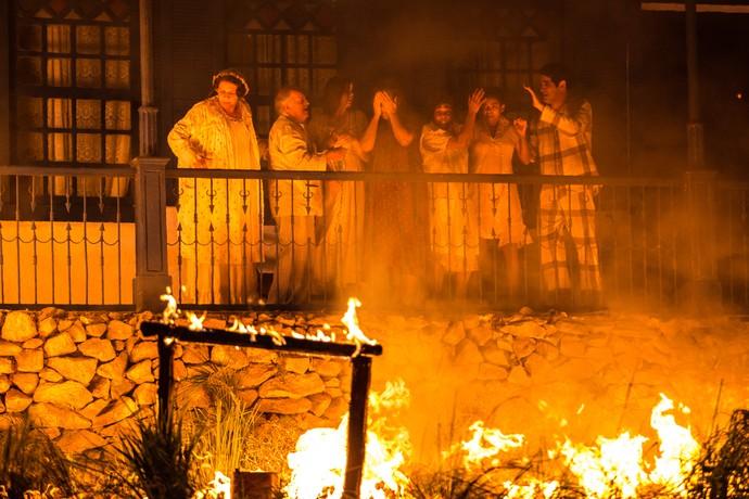 Com a fazenda em chamas, o desespero de Cunegundes e toda a família (Foto: Fabiano Battaglin / Gshow)