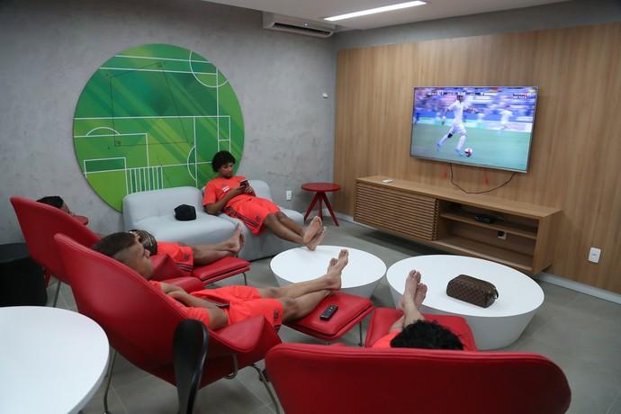 Arão, Cuéllar e Everton assistem jogos da Copinha: regime de concentração perto de casa (Foto: Gilvan de Souza / Flamengo.com.br)