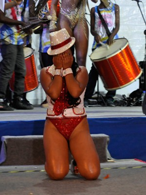 Candidata não segurou a emoção após anúncio de Rainha do carnaval em Poços (Foto: Lúcia Ribeiro/G1)